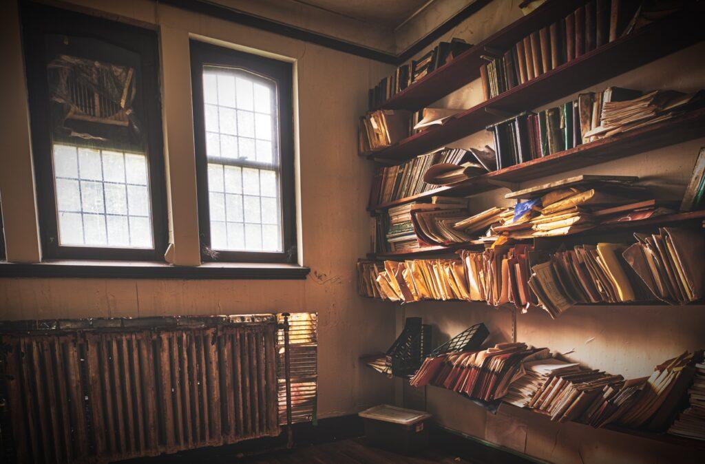 Bücher und Akten, chaotisch in einem Regal