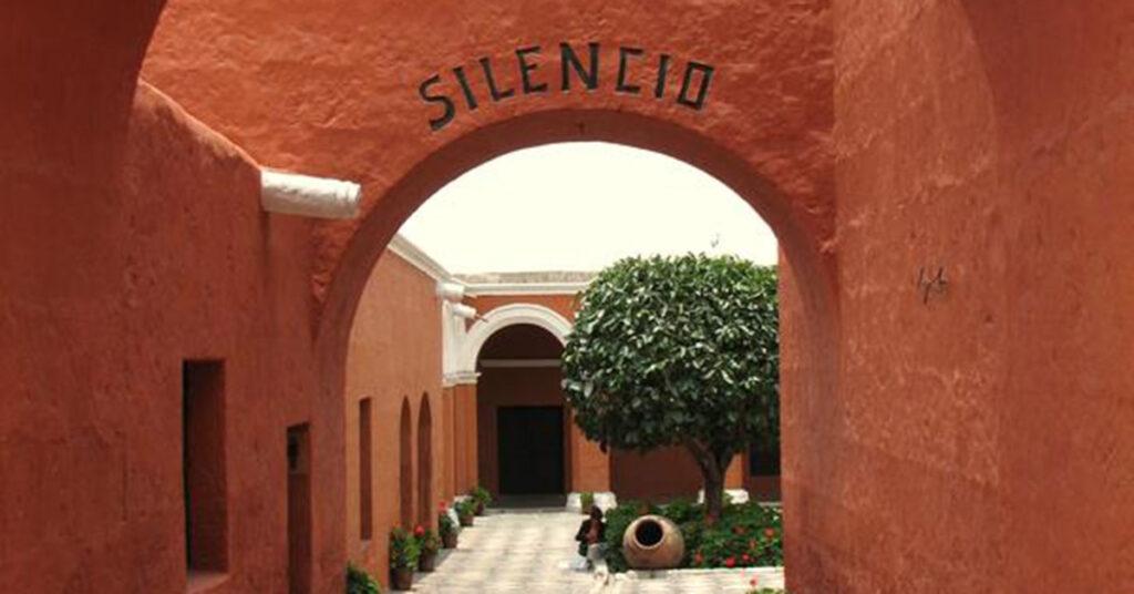 Eingang des Konvents Santa Catalina, Arequipa, Perú. Über dem Portal steht »Silencio«