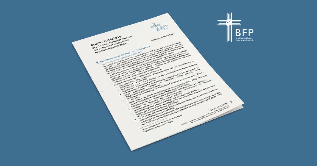 Der Tätigkeitsbericht des Datenschutzbeauftragten des BFP liegt auf neutral-blauem Hintergrund.