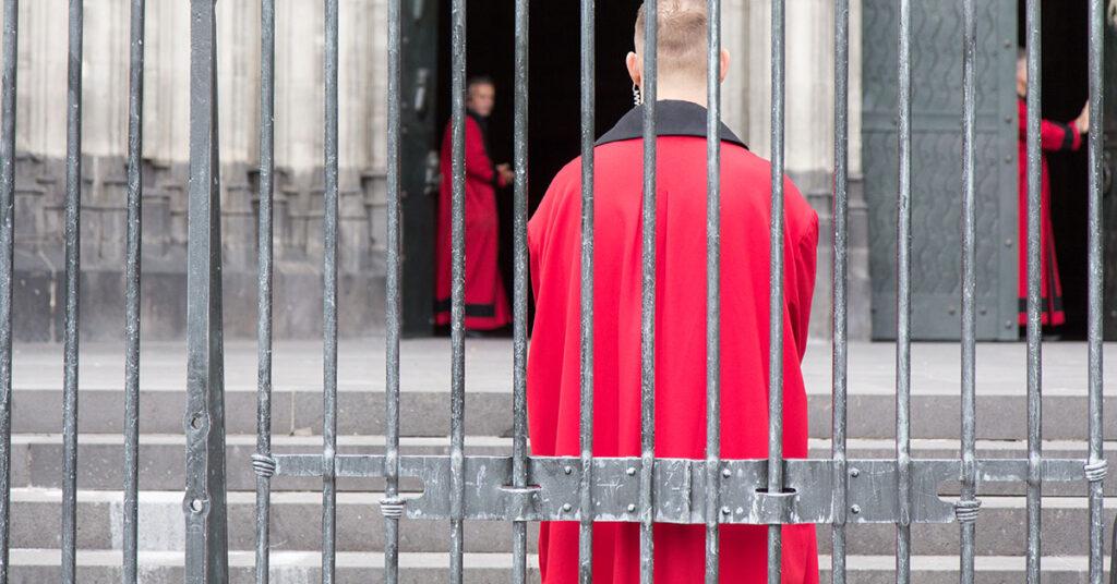Domschweizer hinter dem Gitter am Kölner Dom