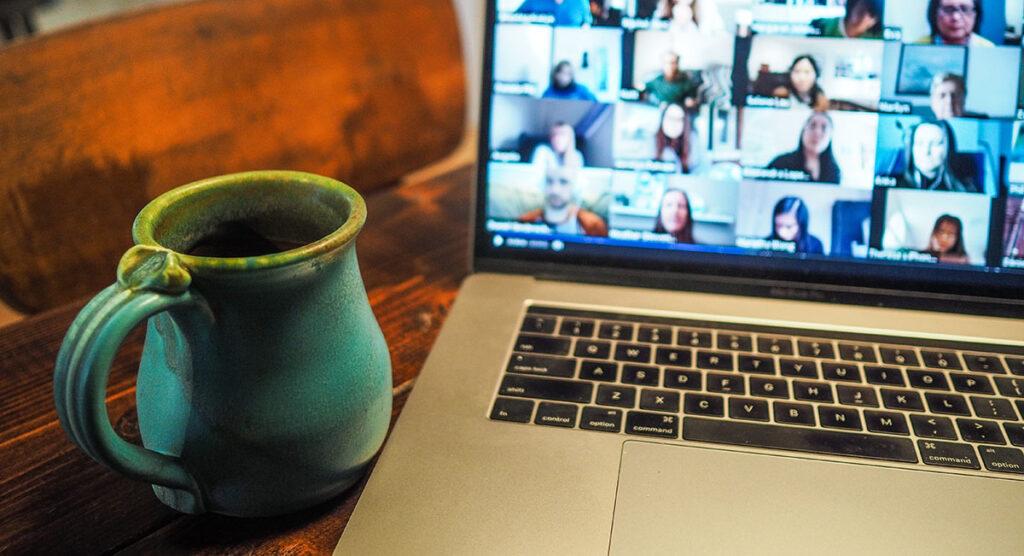 Eine Videokonferenz mit vielen Teilnehmenden auf einem Laptopbildschirm