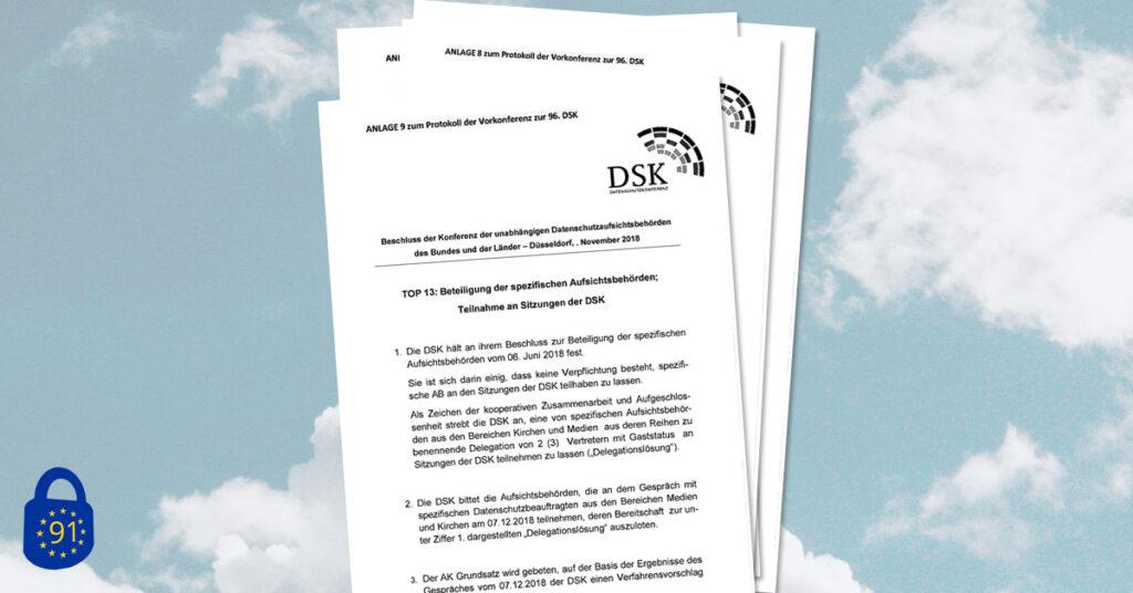 Ein Stapel mit den befreiten Dokumenten, oben rechts auf dem Papier das Logo der Datenschutzkonferenz.