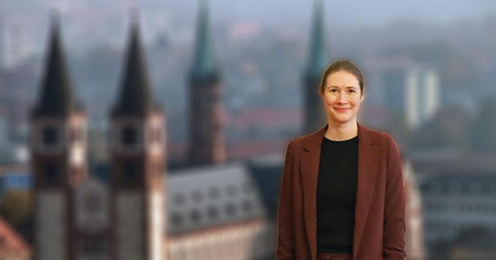 Die Würzburger Datenschutzbeauftragte Eva Maria Gregor vor dem Würzburger Dom