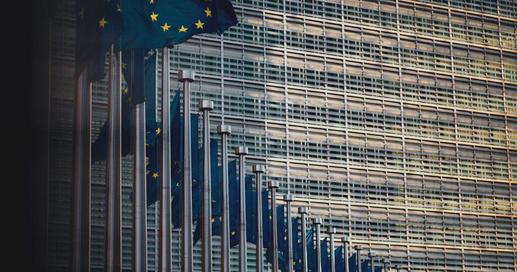 EU-Flaggen vor dem Berlaymont-Gebäude der Europäischen Union in Brüssel