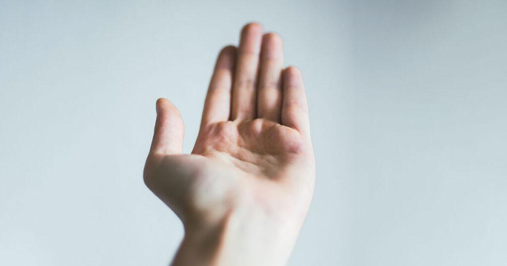 Eine Hand macht eine fordernde Geste