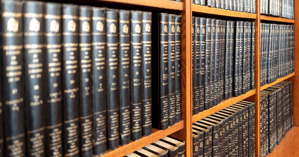 Bücherregale in einer juristischen Bibliothek