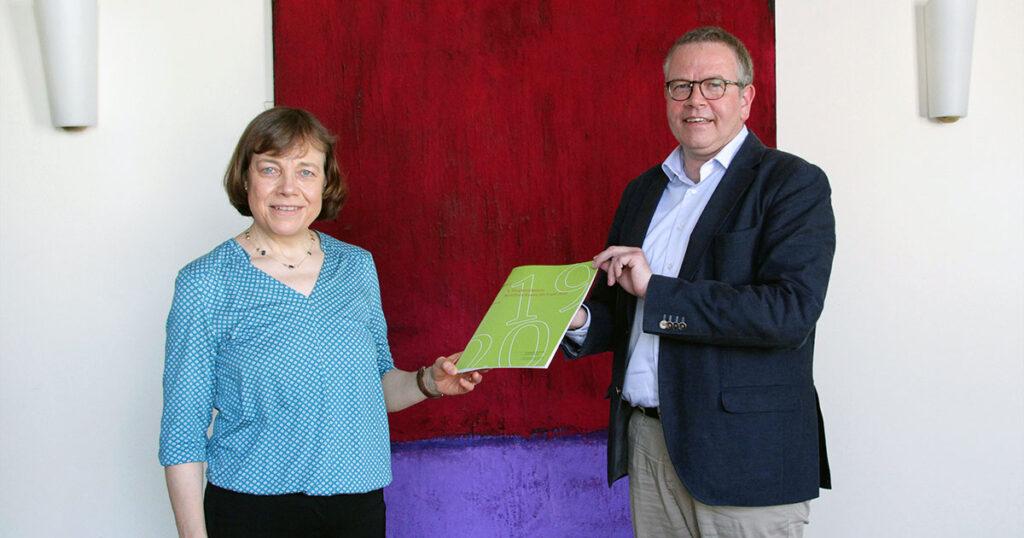 Die stellvertretende Vorsitzende des Rates der EKD Dr. h.c. Annette Kurschus (links) und der Beauftragte für den Datenschutz der EKD Michael Jacob (rechts) bei der Übergabe des Berichts. (Bildquelle: BfD EKD)