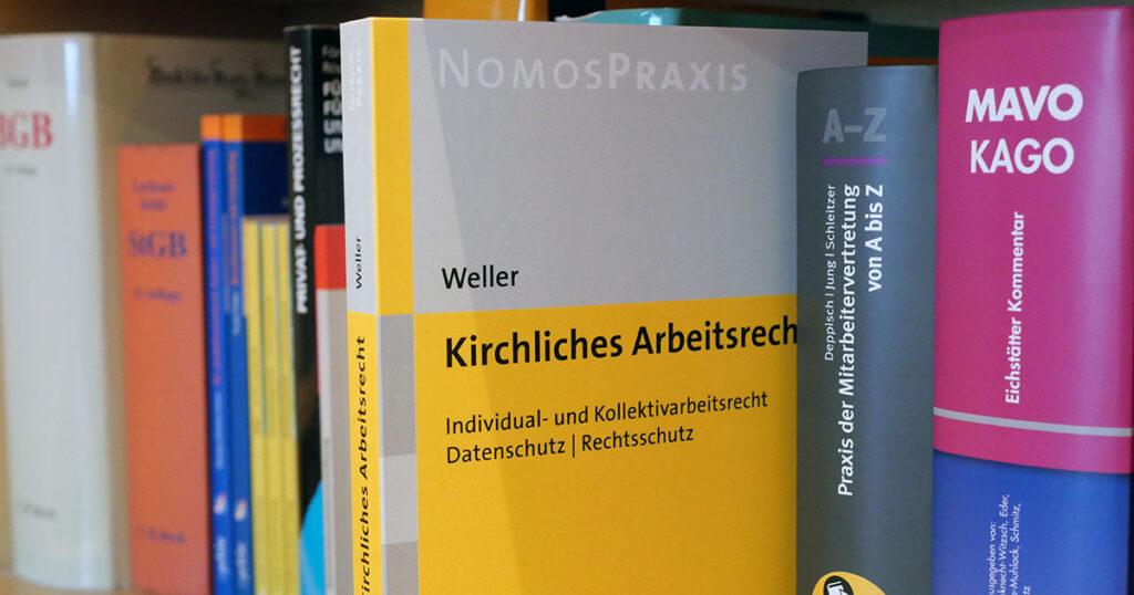 Weller: Kirchliches Arbeitsrecht in einem Bücherregal