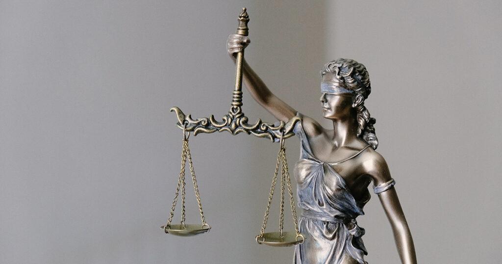 Eine Statue der Justitia mit verbundenen Augen und Waage