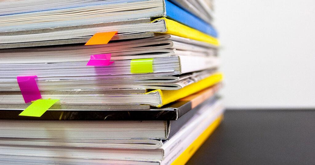 Bücherstapel mit Lesezeichen