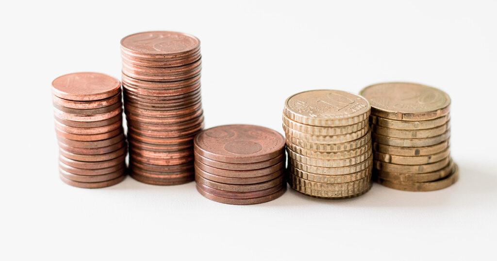 Fünf unterschiedlich hohe Stapel mit Eurocent-Münzen