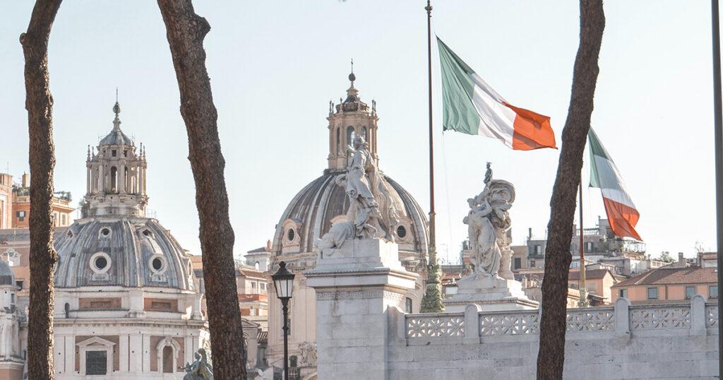 Römische Kirchen, italienische Flaggen
